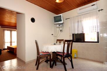 Brna, Jídelna v ubytování typu studio-apartment, s klimatizací a WiFi.
