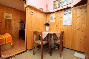 Medvinjak, Dining room in the studio-apartment, dopusteni kucni ljubimci i WIFI.