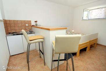 Žrnovo, Dining room in the studio-apartment, (pet friendly) and WiFi.