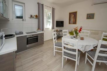 Raslina, Eetkamer in the apartment, air condition available, (pet friendly) en WiFi.