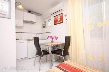 Split, Dining room in the studio-apartment, dostupna klima.