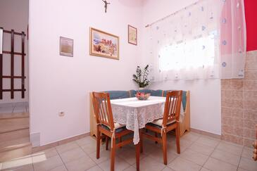 Stratinčica, Salle à manger dans l'hébergement en type apartment, climatisation disponible, animaux acceptés et WiFi.