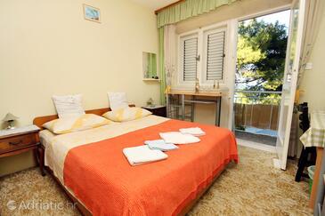 Lumbarda, Dormitorio in the room, air condition available y WiFi.