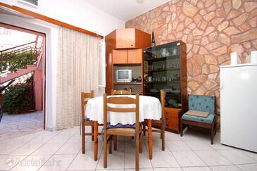 Brna, Jídelna v ubytování typu apartment, s klimatizací a WiFi.