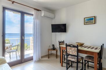 Prižba, Jedáleň v ubytovacej jednotke apartment, dostupna klima, dopusteni kucni ljubimci i WIFI.
