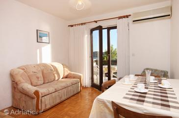 Prižba, Dining room in the apartment, dostupna klima, dopusteni kucni ljubimci i WIFI.