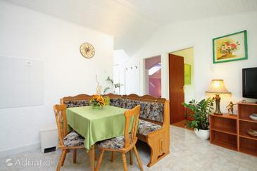 Tri luke, Dining room in the apartment, dostupna klima, dopusteni kucni ljubimci i WIFI.