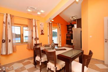 Karbuni, Dining room in the apartment, dostupna klima i WIFI.