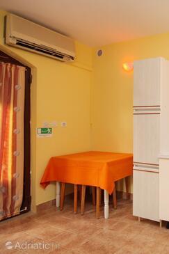 Karbuni, Jídelna v ubytování typu studio-apartment, s klimatizací a WiFi.