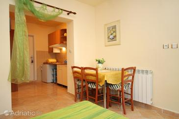 Novalja, Dining room in the studio-apartment, WiFi.