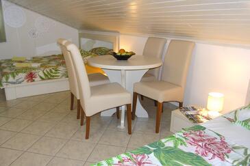 Novalja, Dining room in the studio-apartment, dopusteni kucni ljubimci i WIFI.