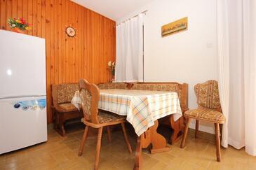 Pag, Jídelna v ubytování typu apartment, domácí mazlíčci povoleni a WiFi.