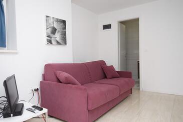 Novalja, Living room in the studio-apartment, dostupna klima i WIFI.