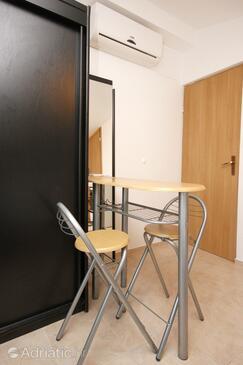 Pag, Dining room in the studio-apartment, dostupna klima i WIFI.