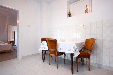 Podstrana, Jedáleň v ubytovacej jednotke apartment, dostupna klima i WIFI.