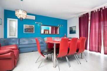 Seget Vranjica, Obývací pokoj v ubytování typu house, s klimatizací, domácí mazlíčci povoleni a WiFi.