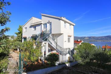Slatine, Čiovo, Property 9433 - Apartments near sea with pebble beach.