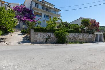 Sumpetar, Omiš, Property 9436 - Apartments with pebble beach.