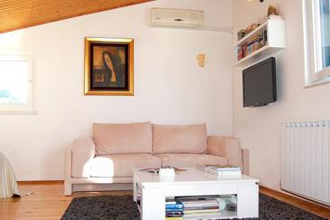 Podstrana, Living room in the studio-apartment, dostupna klima i WIFI.