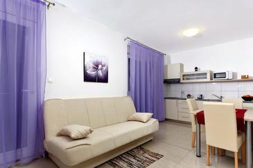 Podstrana, Dining room in the studio-apartment, dostupna klima i WIFI.