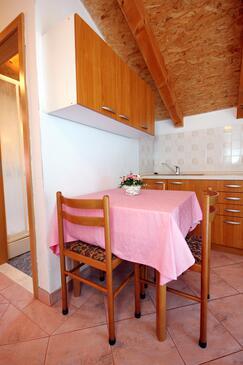 Bilo, Jídelna v ubytování typu apartment, dostupna klima i WIFI.