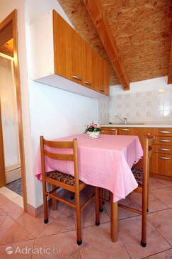 Bilo, Dining room in the apartment, air condition available and WiFi.