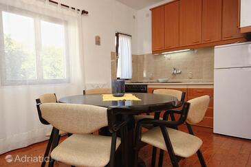 Okrug Gornji, Dining room in the apartment, dostupna klima i WIFI.