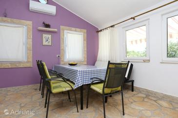 Velika Prapratna, Dining room in the house, air condition available, (pet friendly) and WiFi.