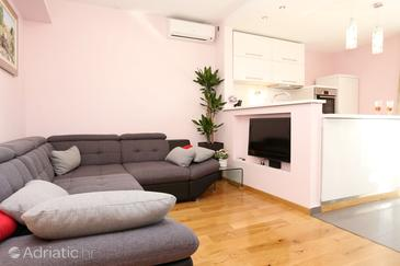 Žrnovnica, Living room in the apartment, air condition available and WiFi.