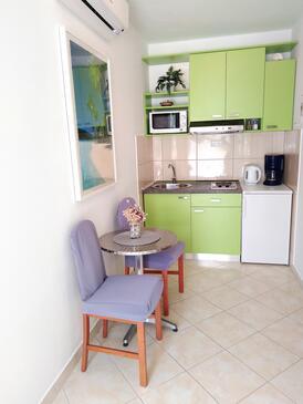 Hvar, Jedáleň v ubytovacej jednotke studio-apartment, klimatizácia k dispozícii a WiFi.