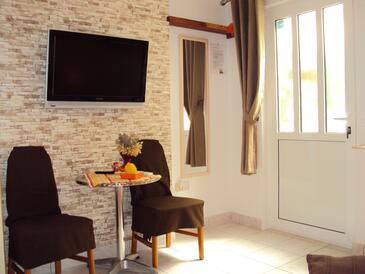 Hvar, Dining room in the studio-apartment, dostupna klima i WIFI.
