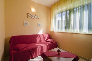 Podstrana, Obývacia izba v ubytovacej jednotke apartment, domáci miláčikovia povolení a WiFi.