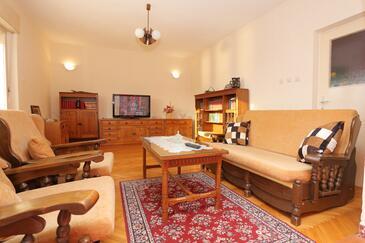 Trogir, Obývacia izba v ubytovacej jednotke apartment, klimatizácia k dispozícii, domáci miláčikovia povolení a WiFi.
