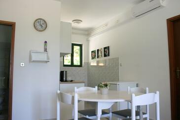 Jezera, Jedáleň v ubytovacej jednotke apartment, klimatizácia k dispozícii, domáci miláčikovia povolení a WiFi.