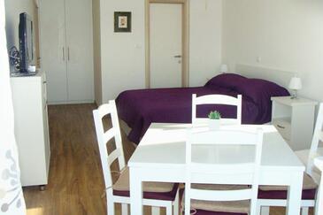Sukošan, Столовая в размещении типа studio-apartment, доступный кондиционер и WiFi.