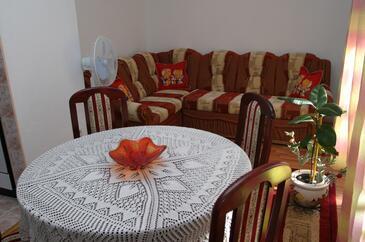 Slatine, Obývací pokoj v ubytování typu apartment, s klimatizací a WiFi.