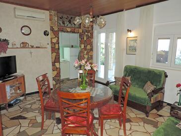 Seget Vranjica, Camera de zi în unitate de cazare tip apartment, aer condiționat disponibil şi WiFi.