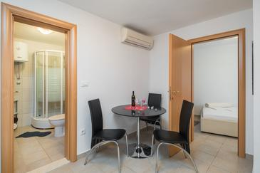 Seget Vranjica, Dining room in the apartment, dostupna klima, dopusteni kucni ljubimci i WIFI.