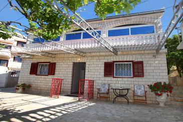 Seget Vranjica, Trogir, Objekt 980 - Apartmani blizu mora sa šljunčanom plažom.