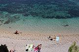 Ljudi se zabavljaju i uzivaju na prekrasnoj plazi u blizini mjesta Bol, rivijera Brac