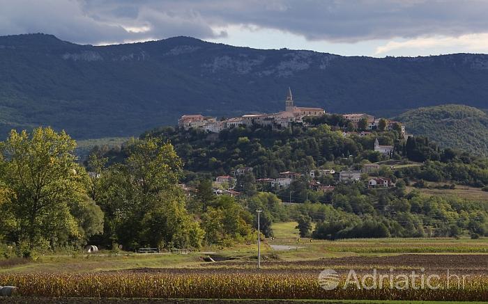 Landschap, omgeving van de plaats Buzet - stad van de truffels op riviera Centraal Istrie