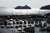 Aantal kleine bootjes en een groot cruiseschip in Dubrovnik