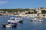 Jachty różnych typów w okolicy miasta Hvar, riwiera Hvar