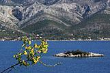 U daljini se vidi mjesto Kneže, rivijera Korčula