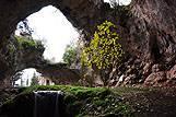 Jeden z vchodov do jaskyne Vela spilja, riviéra Korčula