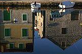 Odraz kuća u vodi u mjestu Vrboska, rivijera Hvar